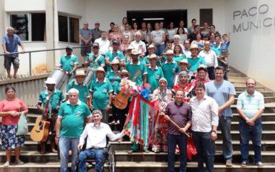 PREFEITURA DE GUARANÉSIA RECEBE FOLIA DE REIS EM CELEBRAÇÃO AO DIA DE SANTOS REIS